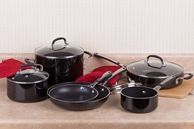 Complete cookware set with red potholders