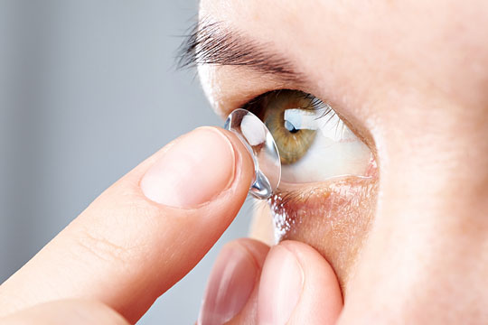 Inserting a contact lens in an eye